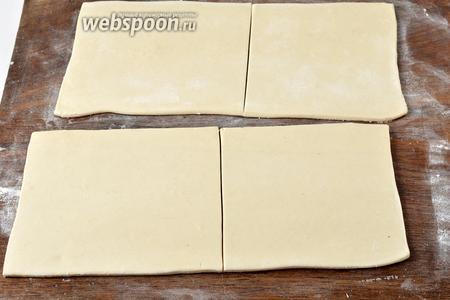 Тесто (400 грамм) раскатать и нарезать квадратами размером 17х17 сантиметров.