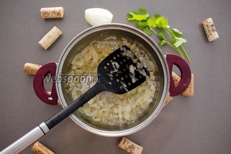 В кастрюлю среднего размера положите большой кусок сливочного масла (около 60 грамм). Растопив его, положите измельчённый лук в кастрюлю. Жарьте на среднем огне 5 минут (до прозрачности), периодически помешивая. Затем добавьте 60 грамм риса, обжаривайте 2 минуты. Доливайте горячую воду (приблизительно 2,5 стакана) небольшими порциями, варите рис 15-20 минут.