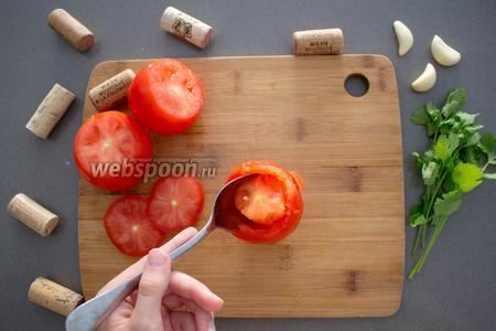 Тем временем, подготовим 4 томата. Сперва срезаем «крышечку». Затем ложкой вытаскиваем мякоть и все внутренние перегородки. Она нам не пригодится, но вы сможете использовать её для приготовления борща или томатной пасты. Оставляем их на бумажном полотенце, расположенные срезом вниз (чтобы вся влага впиталась).