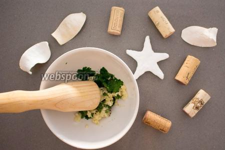 В ступку также добавьте чеснок (3 зубчика), соль, и перец по вкусу. Начните тщательно толочь, периодически подливая немного оливкового масла и лимонного сока (по желанию и вкусу).