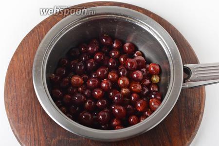 350 грамм крыжовника тщательно промыть. У каждой ягоды ножницами обрезать с обеих сторон кончики. Поместить ягоды в толстостенный сотейник.