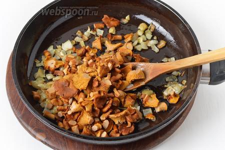 Добавить грибы и жарить, помешивая, 7-8 минут.