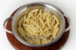 150 граммов макарон отварить до готовности в подсоленной (5 грамм) воде. Сцедить воду.