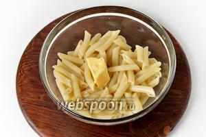 Соединить тёплые макароны со сливочным маслом (20 грамм). Перемешать.