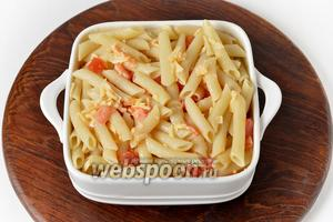 Жаропрочную форму смазать сливочным маслом (5 грамм). Выложить в форму макаронную смесь.