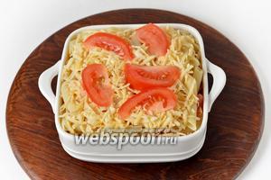 Сверху равномерно выложить остальной сыр. Для красоты можно сверху выложить несколько ломтиков помидоров.