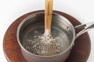 1 литр воды соединить с сахаром 150 грамм, довести до кипения и проварить 1 минуту.