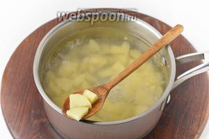 200 грамм картофеля очистить, нарезать небольшими кусочками и отварить в подсоленной (10 грамм) воде (1 литр) 15 минут.