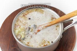 150 грамм сметаны тщательно растереть с 15 граммами муки (до исчезновения комочков) и ввести в суп. Довести до кипения и проварить 30 секунд. Проверить на соль.