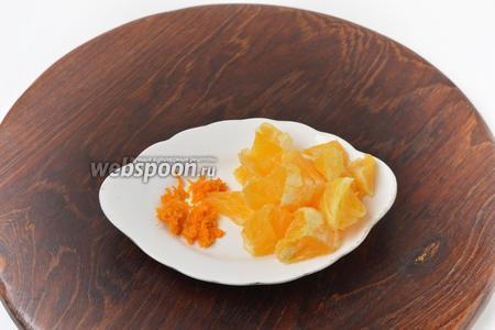 1 половину апельсина тщательно вымыть горячей водой, обсушить. Снять цедру, удалить белую часть, а мякоть нарезать кусочками.