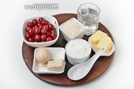 Для работы нам понадобится мука, вишня, вода, яйцо, соль, сахар, сливочное масло, подсолнечное масло, картофельный крахмал, живые дрожжи.