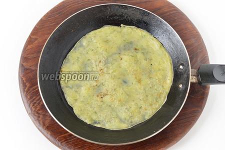 Выпекать блины на сухой горячей сковороде с двух сторон до готовности.