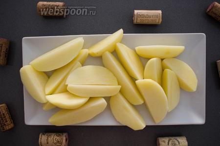 500 грамм картофеля вымыть, очистить, нарезать дольками и варить на сильном огне 15 минут.