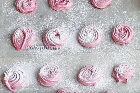 Посыпаем наши половинки сахарной пудрой (50 грамм) и соединяем их. Будьте внимательны — сахарная пудра не должна попасть на основание зефира, иначе половинки не соединятся.