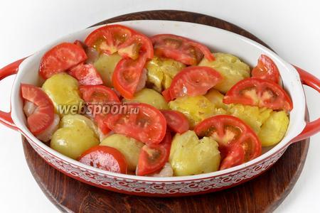 Сверху разложить нарезанный ломтиками помидор (100 грамм). Вернуть форму в духовку и готовить 20 минут.