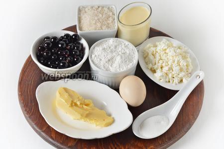 Для работы нам понадобится мука, яйцо, творог, сахар, разрыхлитель, сливочное масло, смородина, молоко.