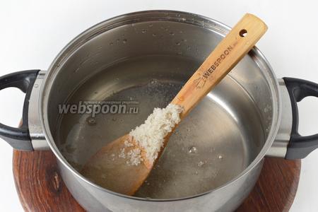 Слить воду, добавить 100 грамм сахара. Перемешать, довести до кипения и проварить 1 минуту.