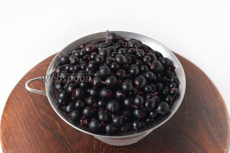 500 грамм ягод перебрать, промыть под проточной водой и выложить в сито, чтобы стекла вода.