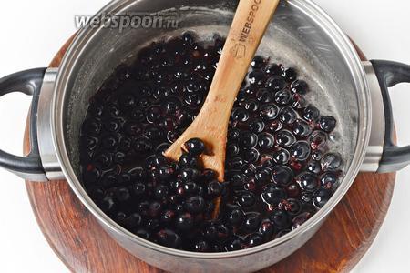 Выложить ягоды в кипящий сироп.