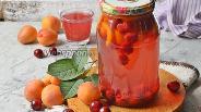 Фото рецепта Компот из вишни и абрикосов на зиму