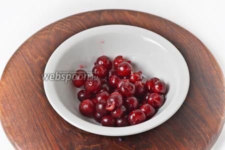 100 грамм вишни промыть. Удалить косточки.
