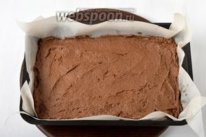 Форму (17х27 сантиметров) застелить пергаментом. Выложить тесто в форму, разровнять.