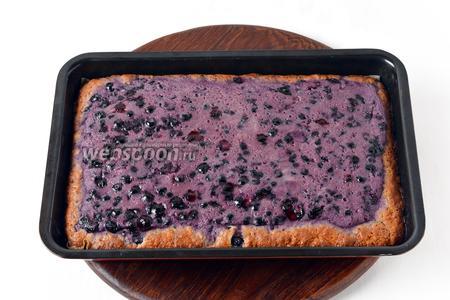 Выпекать при 180°С приблизительно 25 минут до готовности пирога.
