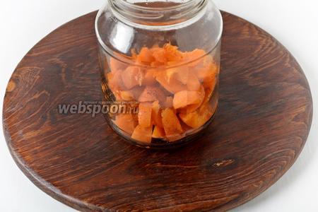 250 грамм абрикос вымыть, удалить косточки, а мякоть нарезать кусочками. Выложить абрикосы в стерилизованную банку.