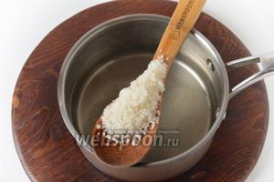 Слить воду. Параллельно, в кастрюлю следует влить указанное в рецепте количество воды (850 мл), добавить к ней 150 граммов сахара, довести до кипения и проварить 2-3 минуты.