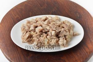 Удалить кожу и кости, а мясо нарезать небольшими кусочками.