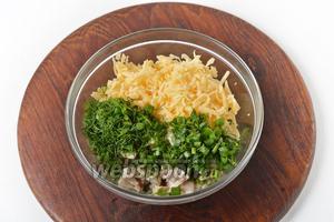 Добавить к мясу натёртый на крупной тёрке сыр (40 грамм), мелко нарезанный зелёный лук и укроп (по 25 грамм).