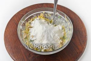 Вмешать просеянную с разрыхлителем (0,5 ч. л.) муку 40 грамм, соль (0,5 ч. л.).