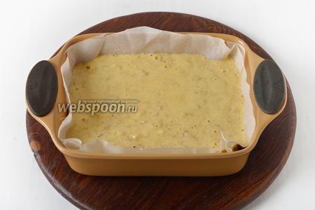 Выложить тесто в форму размером 15х20 сантиметров, застеленную пергаментом.
