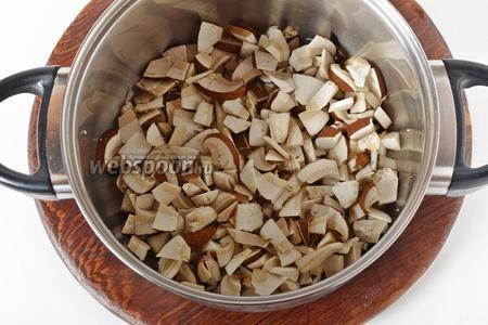 200 грамм грибов очистить, тщательно промыть, нарезать небольшими кусочками.