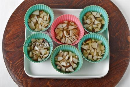 В силиконовые формочки для маффинов выложить грибы и залить их половиной грибного отвара. Отправить формочки в холодильник на 20 минут.