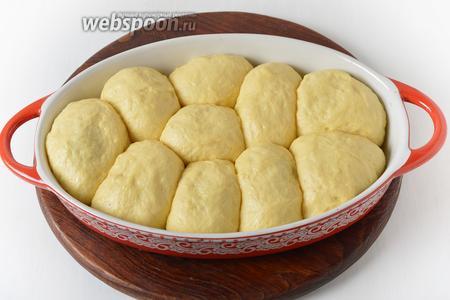 Выложить пирожки в форму. Накрыть пищевой плёнкой и оставить в тёплом месте на 35-40 минут.