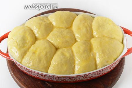 Смазать верх пирожков 1 разболтанным яйцом.