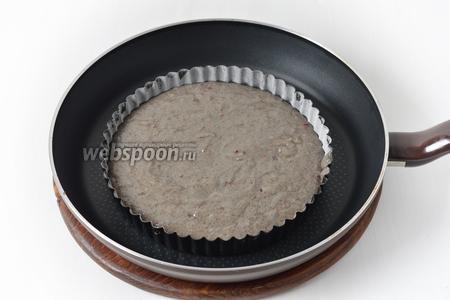 Форму диаметром 18 сантиметров смазать подсолнечным маслом (1 ч. л.) и посыпать мукой (1 ст. л.). Выложить тесто в форму. Сковороду большого диаметра разогреть 3 минуты на среднем огне. Выложить форму на середину сковороды. Плотно накрыть крышкой. Убавить огонь до минимума.