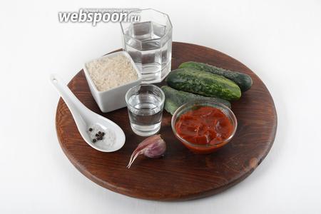 Для работы нам понадобятся огурцы, соль, сахар, столовый уксус, чеснок, томатный соус, вода, чёрный и душистый перец горошком.