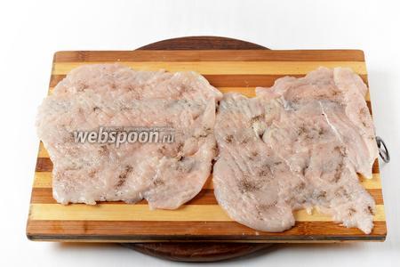 1 куриное филе разрезать на 2 пласта, отбить их, приправить солью (3 грамма) и чёрным молотым перцем (1 грамм).