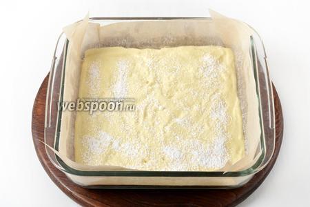 Форму (размером 17х17 сантиметров) застелить пергаментом. Вылить тесто в форму, разровнять. Сверху через ситечко равномерно посыпать сахарной пудрой (10 грамм).