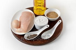 Для работы нам понадобится куриное филе, яйцо, подсолнечное масло, мука, соль, чёрный молотый перец, панировочные сухари.