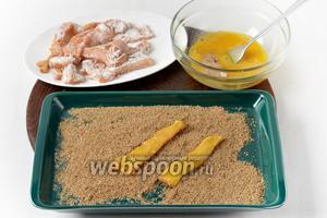 Затем опустить их в 1 взболтанное яйцо и запанировать в сухарях (6 ст. л.). Выложить запанированное филе на доску и оставить на 15 минут.