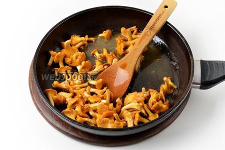 В сковороду с подсолнечным маслом (25 мл) выложить лисички и жарить, помешивая, 15 минут. Вынуть из сковороды.