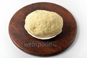 Готовое тесто должно быть очень мягким, но не липнуть к рукам. С таким тестом следует работать сразу же после приготовления.