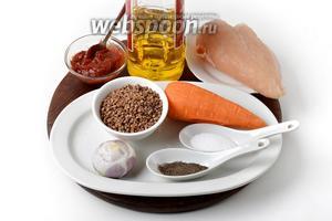 Для работы нам понадобится куриное филе, гречневая крупа, вода, подсолнечное масло, лук, морковь, томатная паста, соль, чёрный молотый перец.