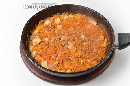 Довести до кипения, накрыть сковороду крышкой и готовить на минимальном огне 20 минут.