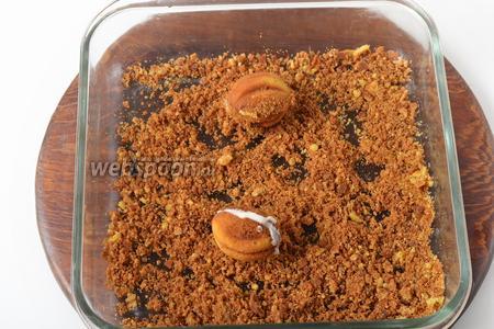 Соединить по 2 половинки, легко прижать их, чтобы между половинками выступила тонкая полоска крема. Посыпать полоску крема измельчёнными обрезками.