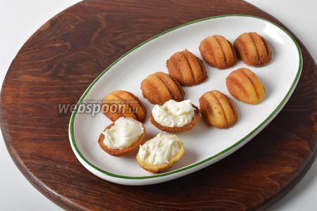 Наполнить подготовленные половинки орешков кремом.