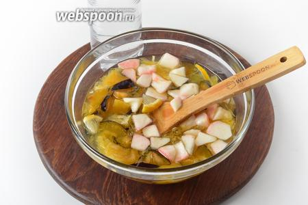Перед подачей влить 500 мл ледяной минеральной воды. Выложить 35 грамм ягод малины.